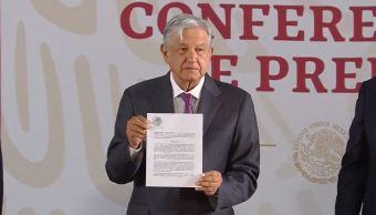 Foto: López Obrador muestra decreto que elimina condonación de impuestos, 20 de mayo de 2019, Ciudad de México