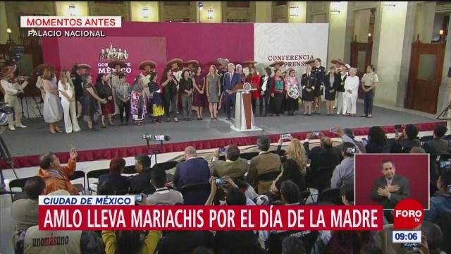 AMLO lleva mariachis a mamás, en Palacio Nacional