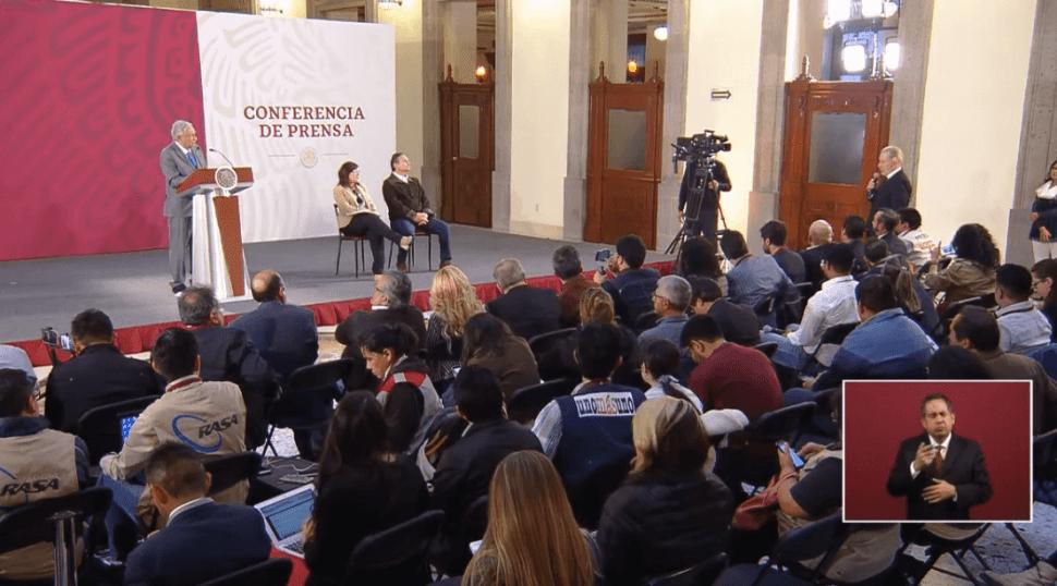 Foto: Andrés Manuel López Obrador escucha las palabras de Ricardo Belmont, 9 de mayo de 2019, Ciudad de México