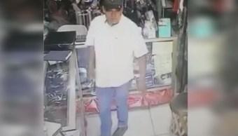 Foto: Este sujeto golpea a una mujer con un bat en la cabeza para robarla, 31 mayo 2019