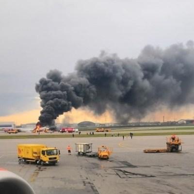 Suman 41 muertos al incendiarse un avión de pasajeros en Moscú