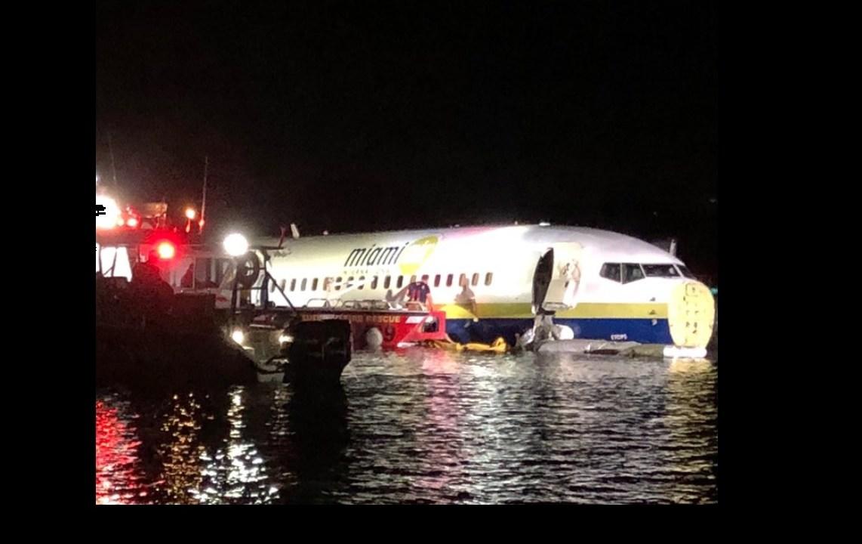 Avión se sale de pista y aterriza en un río en Jacksonville, Florida