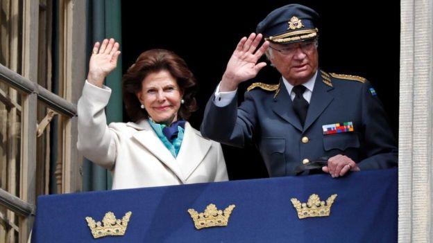 Carlos XVI Gustavo y Silvia, los actuales reyes de Suecia, saludan a la multitud desde la residencia real (GettyImages)