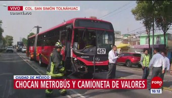 Chocan metrobús y camioneta de valores en alcaldía Cuauhtémoc