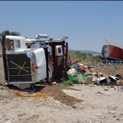 Muere chofer de tráiler en accidente en Puebla; pobladores roban mercancía