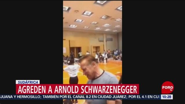 FOTO: Dan patada voladora a Arnold Schwarzenegger durante su visita en Sudáfrica, 19 MAYO 2019