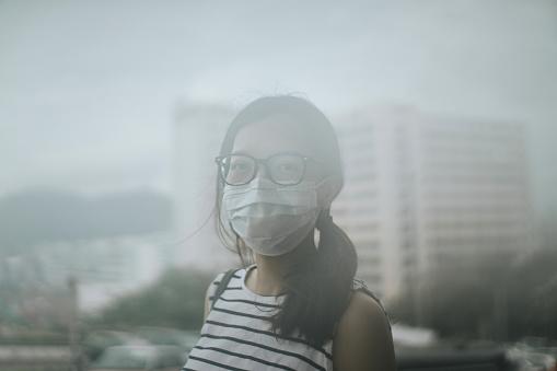De tener que salir a realizar actividades, es recomendable el uso de tapabocas o filtros de aire (GettyImages)