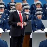 Foto: El presidente Donald Trump espera a saludar a los cadetes de la Academia de la Fuerza Aérea de los Estados Unidos, mayo 30 de 2019 (Getty Images)