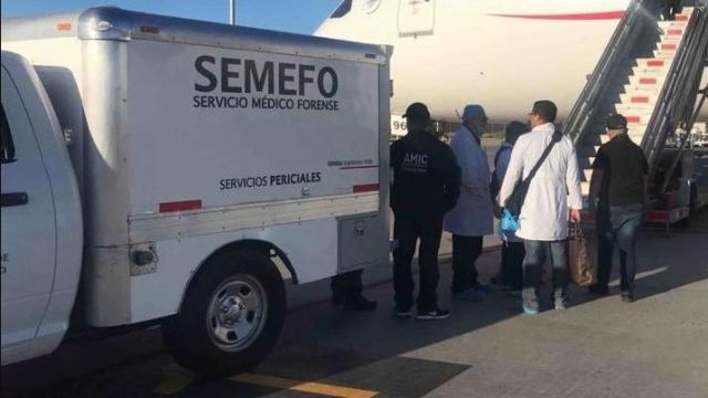 Foto: Peritos del Servicio Médico Forense (Semefo) bajan el cuerpo del pasajero que falleció por ingerir 246 cápsulas de cocaína, el 27 de mayo de 2019 (Twitter @fgjesonora)
