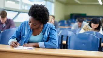 Foto: Varios estudiantes toma apunte en una sala de conferencias