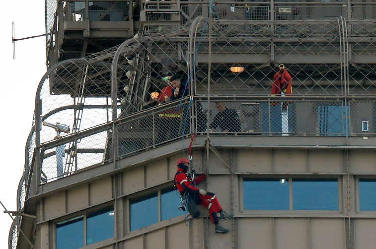 Foto: Un hombre no identificado escaló la Torre Eiffel en París, Francia. El 20 de mayo de 2019