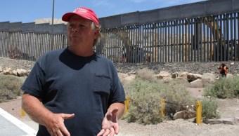Foto: Jeff Allen, un ciudadano estadounidense de 56 años, construye su propio muro. El 27 de mayo de 2019
