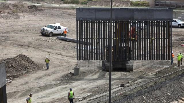 Foto: Trabajadores colocan una enorme vaya de metal. El 27 de mayo de 2019