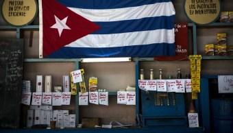 Foto: Una bandera de Cuba cuelga sobre un estante con productos en una tienda de raya en La Habana. El 22 de abril de 2016