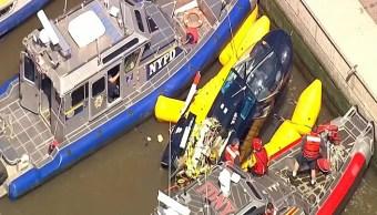 Foto: Rescatan un helicóptero accidentado en el río Hudson, en de Manhattan, en Nueva York, EEUU. El 15 de mayo de 2019