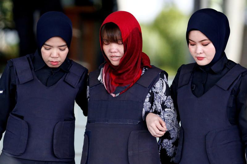 Foto: Dos agentes de la Policía de Malasia custodian a Doan Thi Huong. El 2 de mayo de 2019