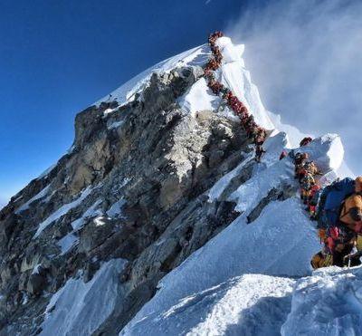 Más de 200 montañistas atascan el Everest; van 2 muertos
