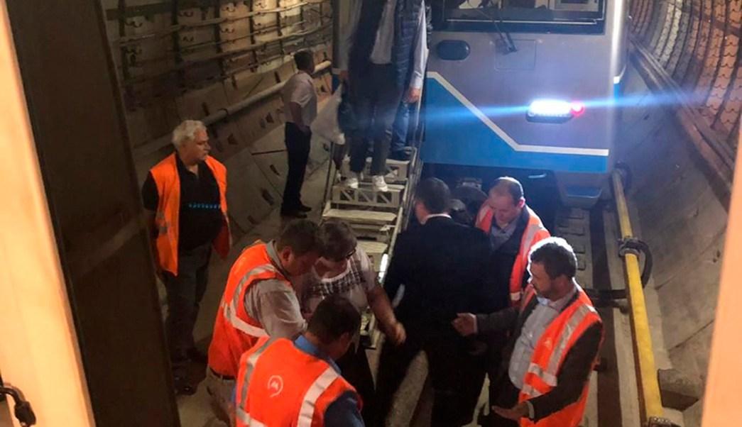 Foto: Trabajadores del Metro de Moscú, Rusia, ayudan a bajar los pasajeros que quedaron atrapados por una falle eléctrica en el sistema. El 21 de mayo de 2019