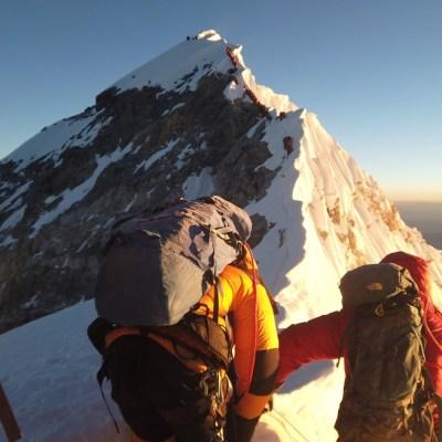 Muere alpinista después de escalar el Everest; va una docena esta temporada
