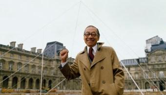 Foto: El arquitecto I.M. Pei parado en el sitio donde seria construida la pirámide del Louvre. El 2 de mayo de 1985