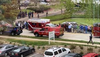 Foto: Agentes de la Policía de Denver desalojan a estudiantes de la escuela STEM Highlands Ranch tras tiroteo. El 7 de mayo de 2019
