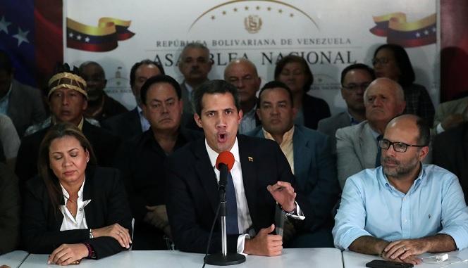 Foto: El líder de la oposición venezolana, Juan Guaidó, habla con los medios de comunicación en Caracas. El 14 de mayo de 2019
