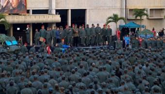 Foto: El secretario de Defensa y el presidente de Venezuela, Nicolás Maduro, habla con militares. El 2 de mayo de 2019