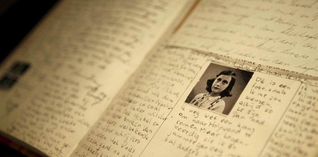 Fotografía de archivo en la que se observa una réplica del diario de Ana Frank en el centro dedicao a su recuerdo en Belgrano, Amsterdam, Holanda (GettyImages)