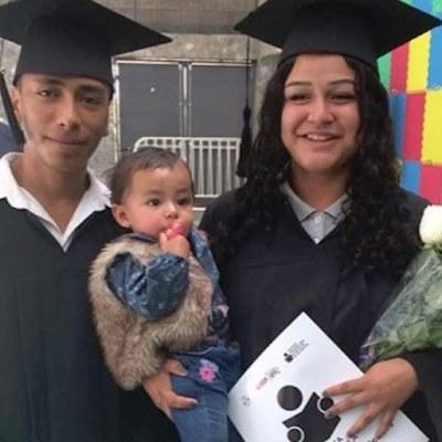 Jóvenes se gradúan de la secundaria con su bebé en brazos