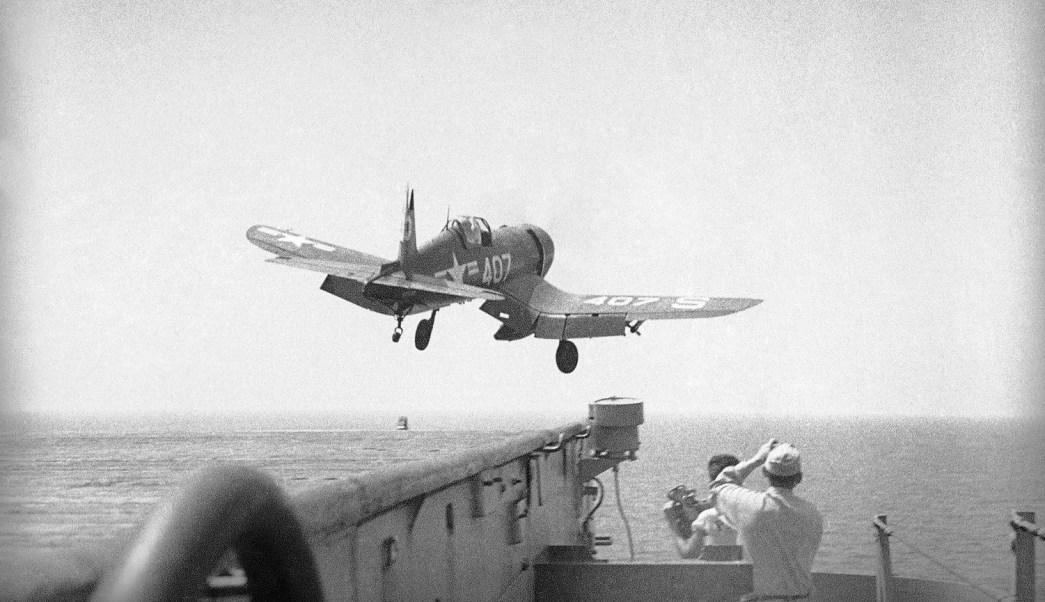 Foto: Aviones que despegaron desde un portaaviones en algún lugar de las aguas de Corea, el 18 de julio de 1950