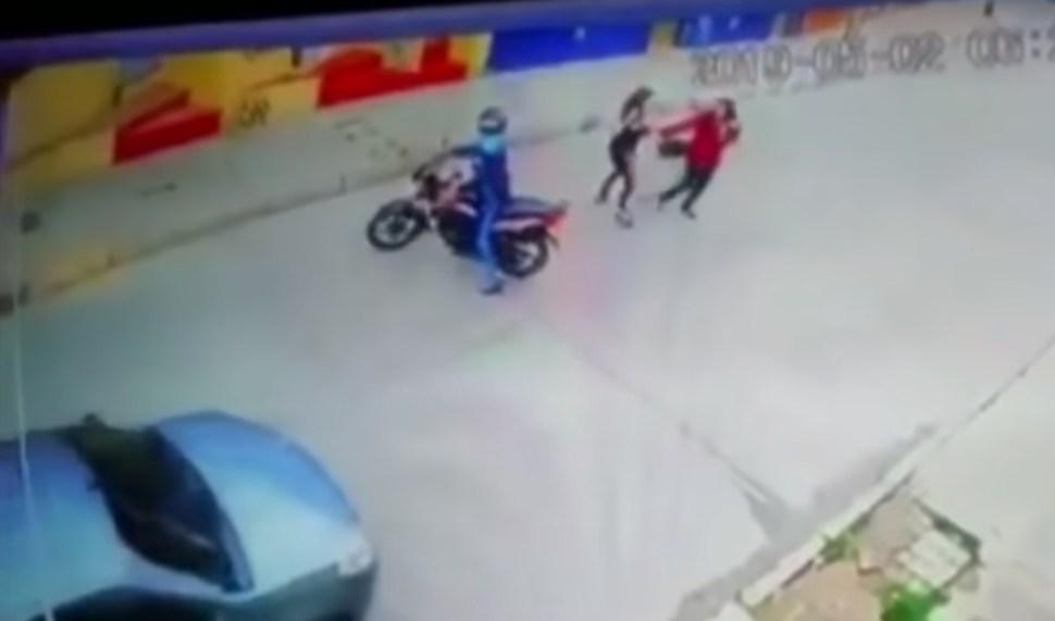 La cámara de seguridad captó el momento en el que dos sujetos cierran el paso a una transeúnte para intentar robar su bolso (Noticias Caracol Captura de Pantalla)