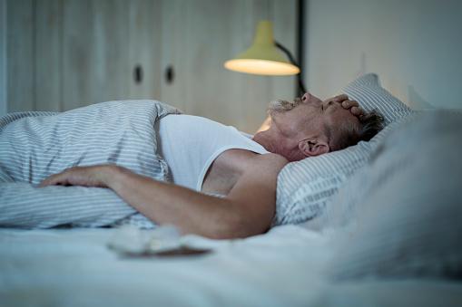 La sudoración nocturna puede ser causada por una crisis de estrés (GettyImages)