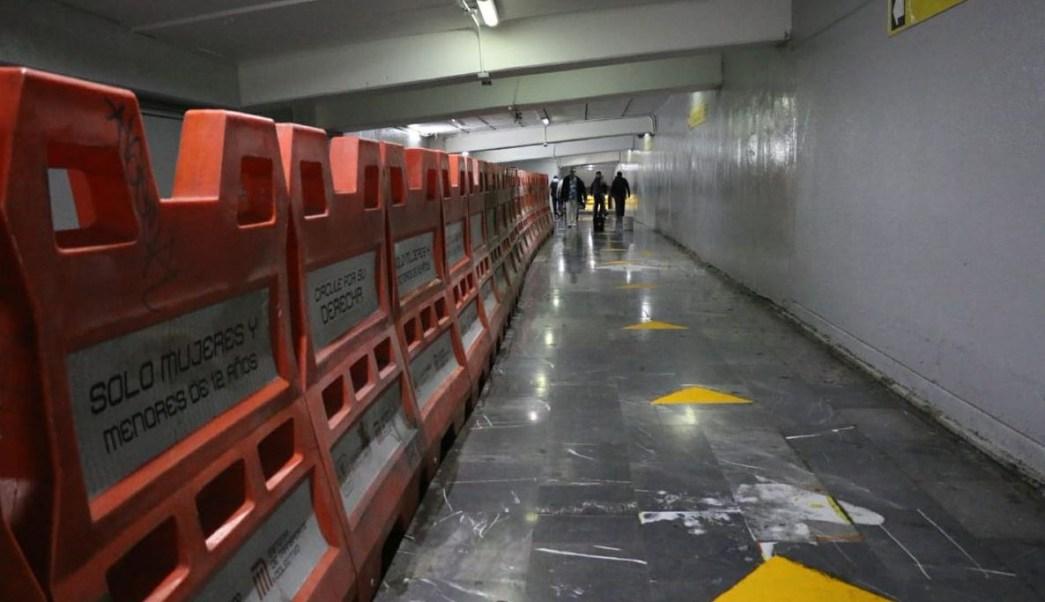 Foto: Un total de 20 puestos semifijos, lonas y otros materiales que obstruían el paso de los usuarios fueron retirados, el 11 de mayo de 2019 (Twitter @MetroCDMX)