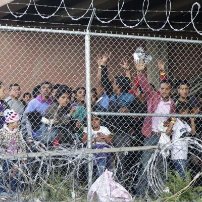 Estados Unidos usa aviones para distribuir a migrantes detenidos