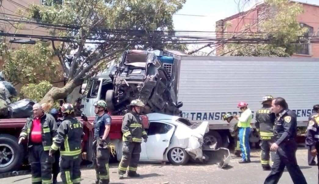 Foto: Al menos cuatro muertos, 14 heridos y una persona detenida es el saldo del choque de un tráiler sobre Vasco de Quiroga, en Santa Fe, CDMX, mayo 26 de 2019 (Twitter: @SUUMA_CDMX)