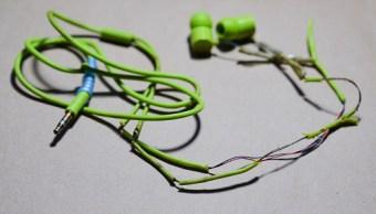 Muere decapitada tras enredarse sus audífonos en elevador