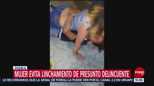 FOTO: Mujer evita linchamiento de presunto delincuente en Puebla