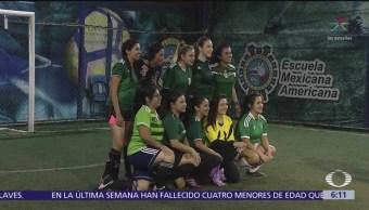 Mujeres juegan futbol a la medianoche en CDMX