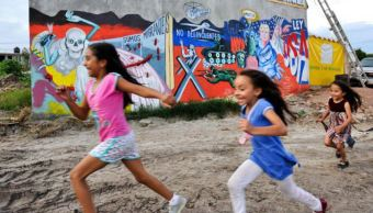 Pintan mural para alzar la voz por los migrantes, en Ciudad Juárez
