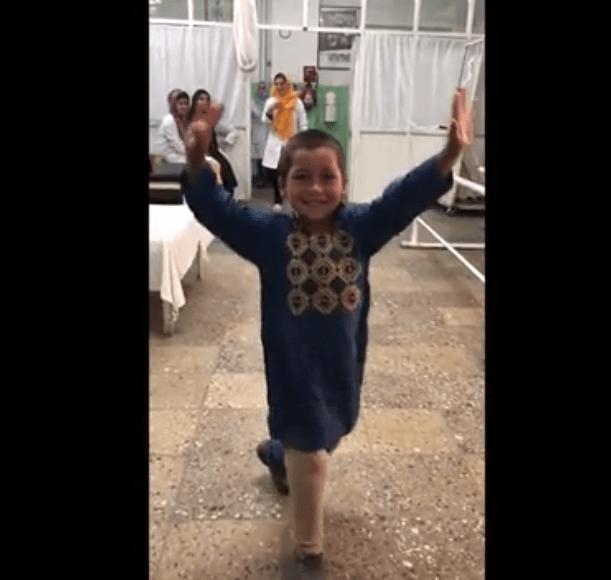 Foto: Niño afgano baila con prótesis, 7 de mayo de 2019, Afganistán