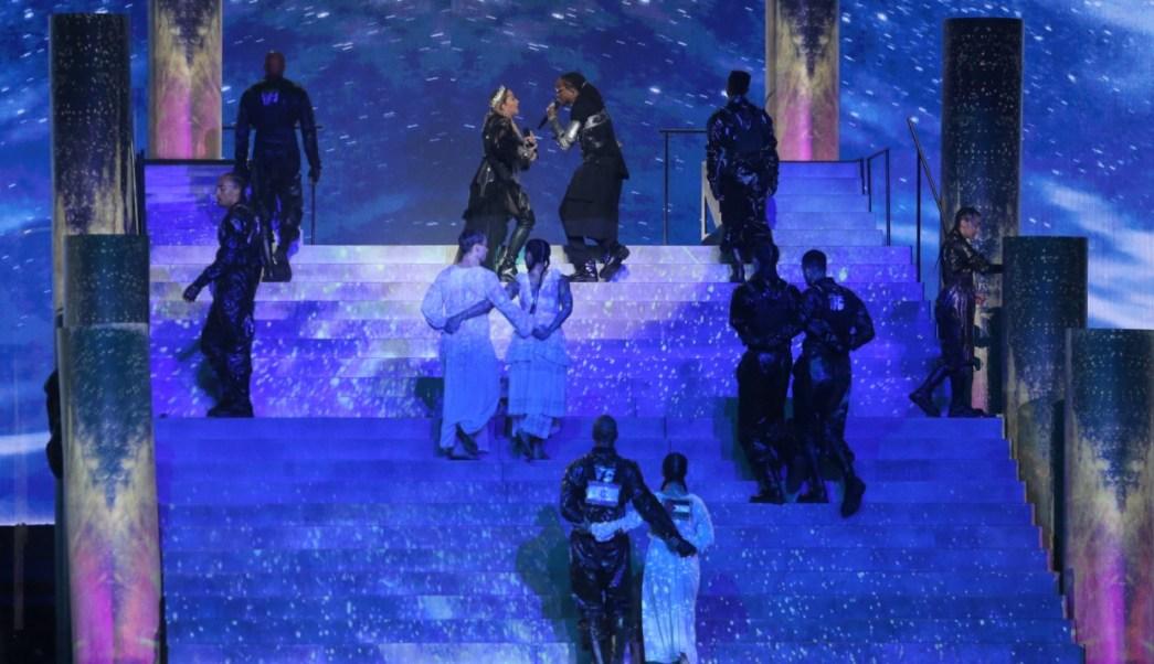 Foto: Los bailarines de Madonna exhiben las banderas de Israel y Palestina en sus espaldas en el concurso Eurovisión en Tel Aviv, Israel, mayo 17 de 2019 (Getty Images)