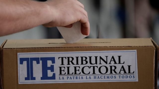 Foto: Un hombre deposito su voto en las elecciones generales en Panamá, 5 mayo 2019