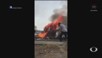Foto: Rescatan a chofer de tráiler que se incendió al volcar