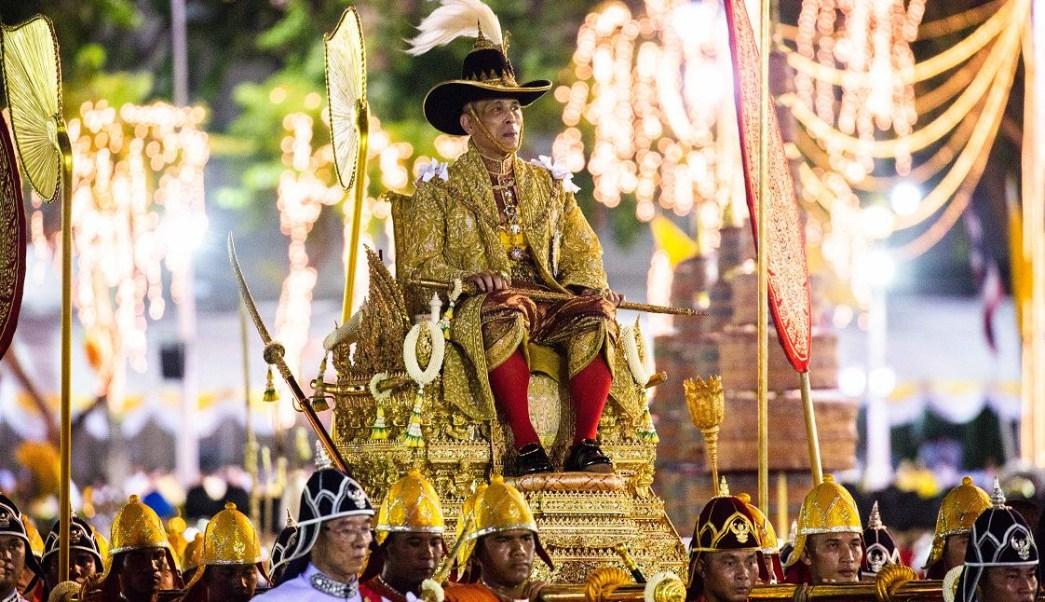 Foto: Miles de tailandeses saludan a su rey durante una vistosa procesión por las calles de Bangkok, 5 mayo 2019