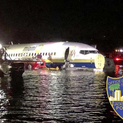 Avión con 143 personas cae a un río en Florida; no hay fallecidos