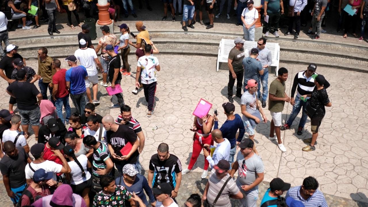 Foto: Migrantes cubanos participan en una reunión para planear cruzar México de camino Estados Unidos, en Tapachula, Chiapas, abril 11 de 2019 (Reuters)