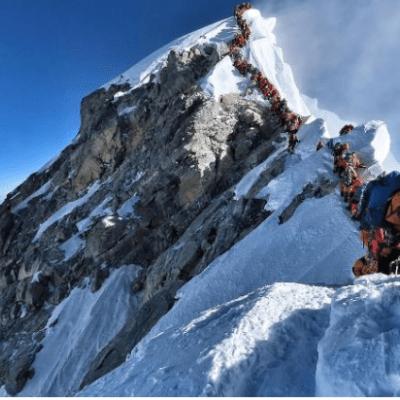Se eleva a siete la cifra de alpinistas muertos por atasco en el Everest