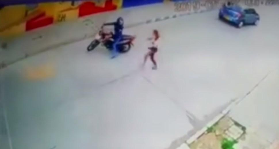 Tras lo ocurrido, la víctima logra huir y la delincuente decide abordar nuevamente la motocicleta para emprender el escape (Noticias Caracol Captura de Pantalla)