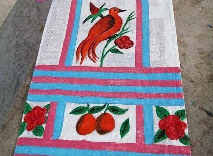 Uno de los huipiles pintados en costales, ya terminado y esperando ser usado por alguna de las alumnas (Facebook Cosas de oaxaqueños)