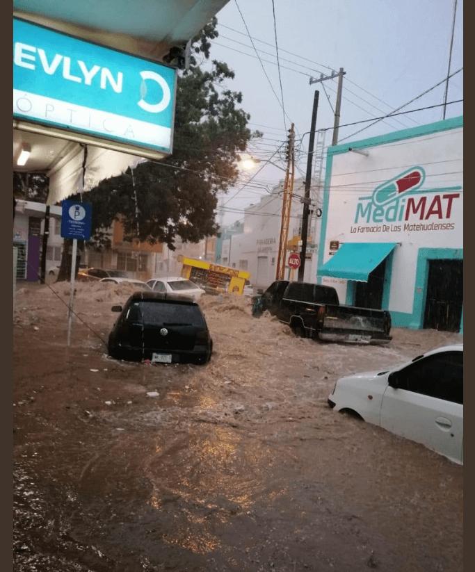 Foto: Vehículos arrastrados por tormenta en Matehual